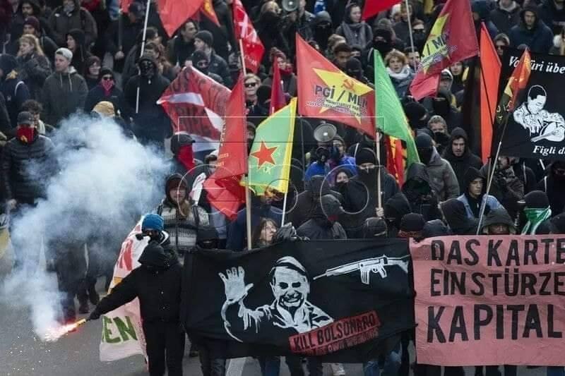 Foto da Recepção com as manifestações em Davos